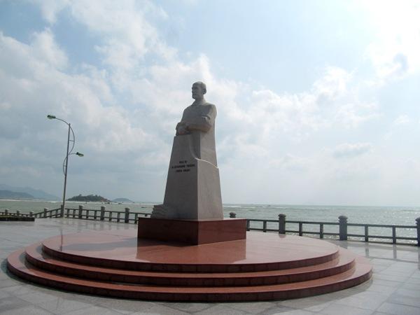 une-statue-dalexandre-yersin-a-nha-trang
