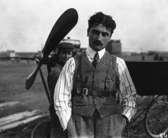 Roland Garros devant un avion Demoiselle (1910)