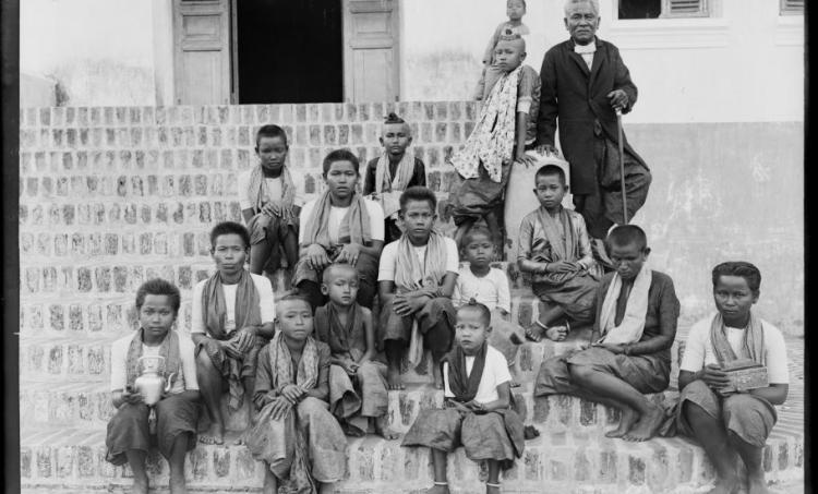Le protectorat français du Cambodge. Cambodge, province de Pursat, le gouverneur Suos et un groupe d'enfants ; 1896 - source Gallica BnF