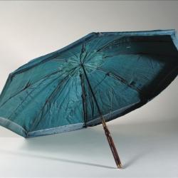 Parapluie parasol brisé en soie verte dit Système Marius, après 1710 (vue ouvert côté intérieur). Galliera, musée de la Mode de la Ville de Paris.