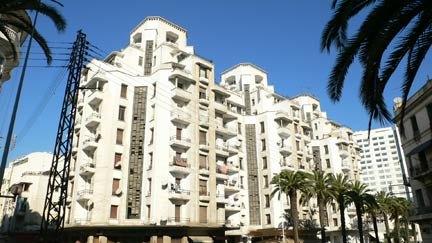 Avec ses larges terrasses et garçonnières, le spectaculaire immeuble Asayag de Marius Boyer. (Crédit : Casa Mémoire)