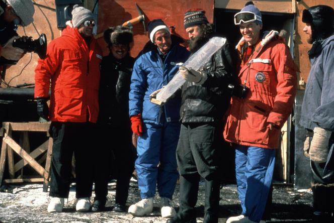 A Vostok, Claude Lorius (en bleu) tombe sur un trésor des carottes glaciaires extraites sur 2000 mètres de profondeur. ESKWAD-WILD TOUCH-CNRS FONDS CLAUDE LORIUS